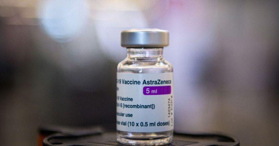 Ein Fläschchen mit fünf Milliliter Corona-Impfstoff von Astrazeneca.