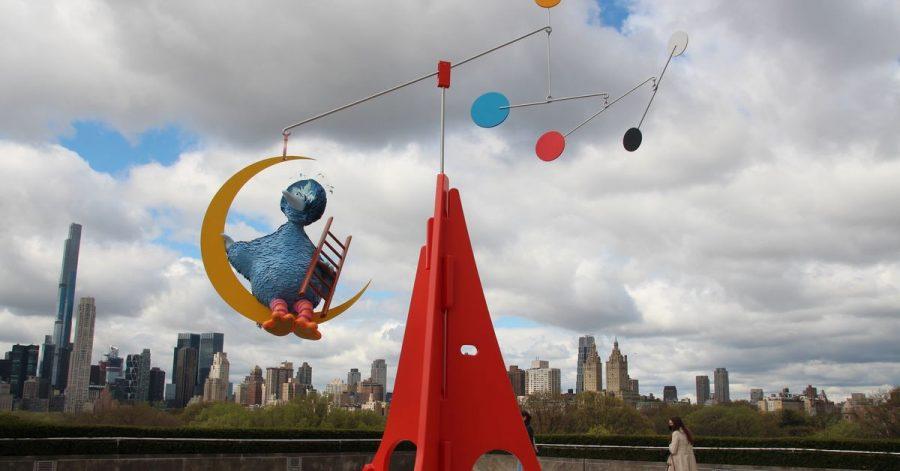 Ein großer blauer Vogel schaukelt als Teil einer neuen Kunst-Installation auf dem Dach des New Yorker Metropolitan Museums vor der Skyline Manhattans.