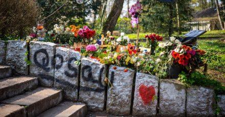 Blumen erinnern im Wollepark in Delmenhorst an einen verstorbenen 19-Jährigen. Für die Familie sind die Umstände seines Todes nach einem Polizeieinsatz aufklärungsbedürftig.