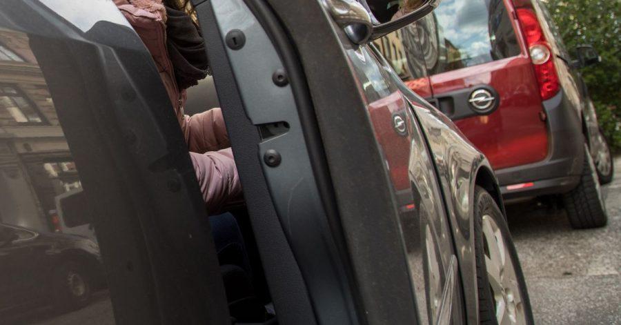 Zum Themendienst-Bericht vom 22. April 2021: Zu nah an der Bordsteinkante geparkt und den Lack beschädigt: Wer kommt für die Reparaturkosten auf?