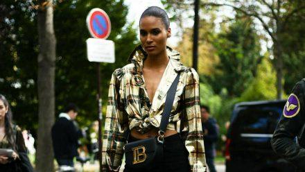 Model Cindy Bruna steht auf Karos. (kms/spot)