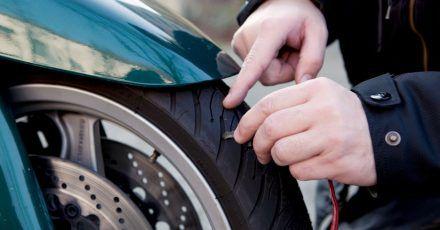 Prüfender Blick: Vor dem Start in die neue Motorradsaison schauen sich Biker die Reifen an ihrer Maschine besser genau an, um Beschädigungen und zu wenig Profiltiefe auszuschließen.
