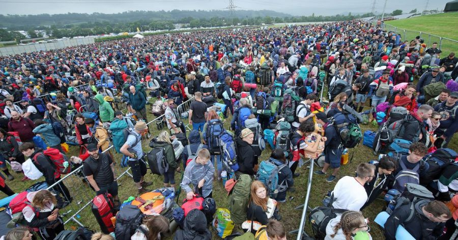 Erinnerungen an eine andere Zeit, heute undenkbar: Menschenmassen am Eingang des Glastonbury-Festivals. Das war 2019.