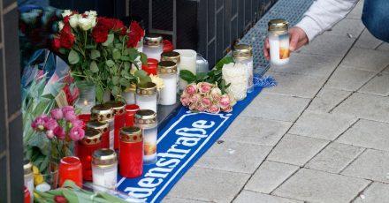 Blumen und Kerzen vor dem Haus in Köln-Mülheim, in dem Willi Herren wohnte.