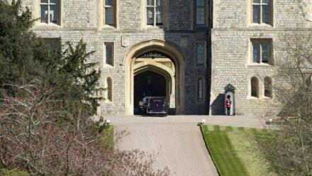 Die ersten Trauergäste bei ihrer Ankunft auf Schloss Windsor (wue/spot)