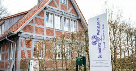 Das Schild der Brennerei Bosselmann steht an der Zufahrt vom Gelände.