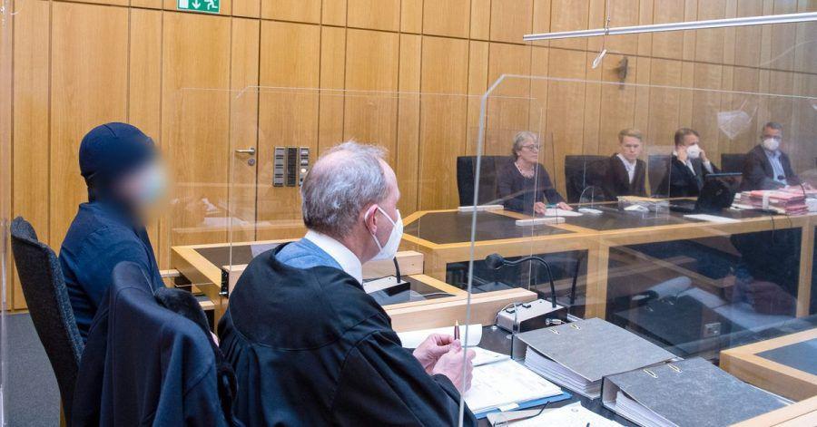 Der Angeklagte (l) sitzt im Landgericht Münster neben seinem Rechtsanwalt.