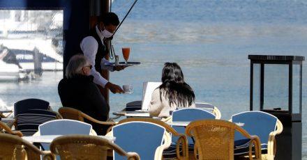Auf Mallorca soll die Ausgehsperre um eine Stunde nach hinten auf 23.00 Uhr verlegt. Auch Gastronomen dürfen dann zwischen 20.00 und 22.30 Uhr öffnen.