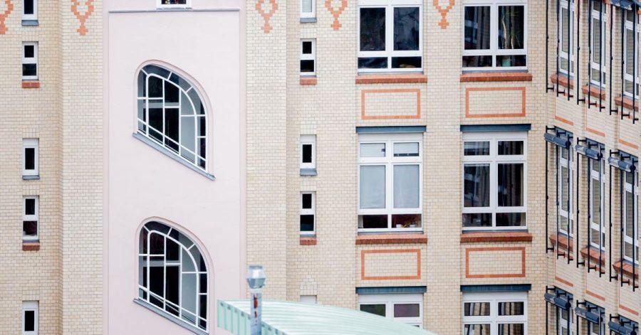 Die Fenster in Eigentumsanlagen gehören allen. Daher dürfen Eigentümer die Fenster ihrer Wohnung auch nicht eigenmächtig austauschen.