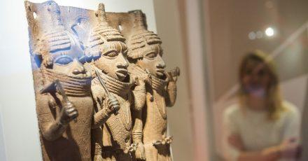 Raubkunst-Bronzen aus dem Land Benin in Westafrika sind im Hamburger Museum für Kunst und Gewerbe (MKG) ausgestellt.