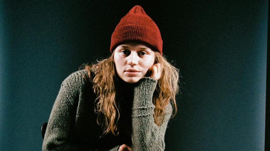 Marie Ulven alias girl in red gilt mit ihren 22 Jahren bereits als LGBTQ-Ikone. (tae/spot)