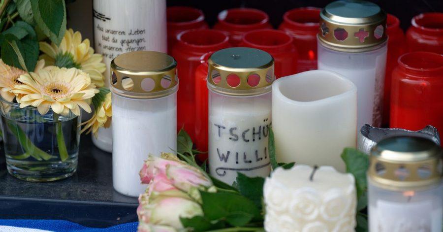 Blumen und Kerzen vor dem Haus in Köln-Mülheim, in dem der verstorbene Schauspieler Willi Herren wohnte.
