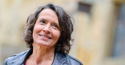 Ulrike Folkerts lächelt. Doch auch in ihrem Leben lief nicht immer alles glatt.