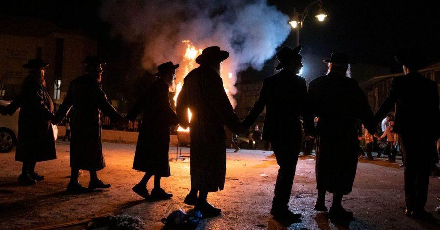 Jüdische Männer feiern auf einem Lag-Baomer-Fest in Jerusalem. Bei einem ähnlichen Fest in dem israelischen Ort Meron kam es zu einer Massenpanik mit Toten.