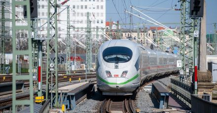 Ein ICE verlässt den Hauptbahnhof Halle in Richtung Berlin.