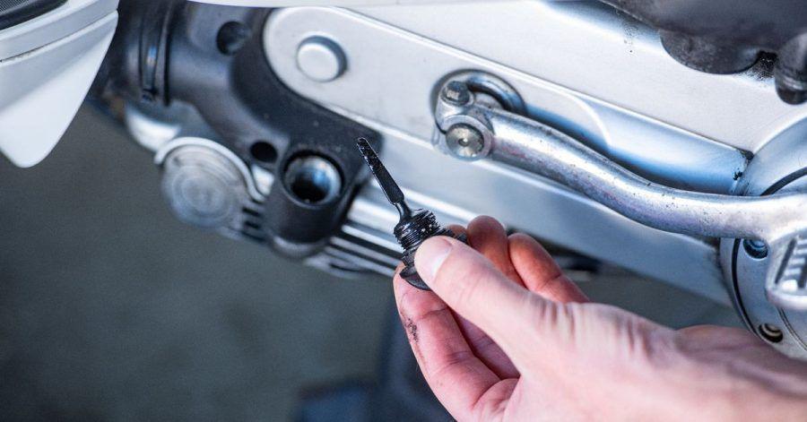Den korrekten Ölstand kontrollieren Motorradfahrer besser regelmäßig.