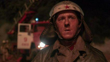 """""""Chernobyl"""": Feuerwehrmann Vasily Ignatenko (Adam Nagaitis) ahnt nicht, wie gefährlich sein Einsatz wirklich ist (cg/spot)"""