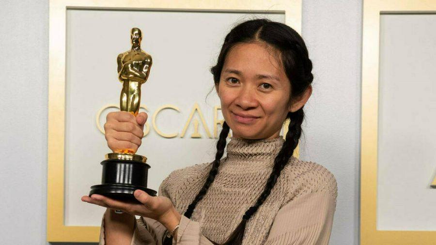 Chloé Zhao mit ihrem Regie-Oscar. (wue/spot)