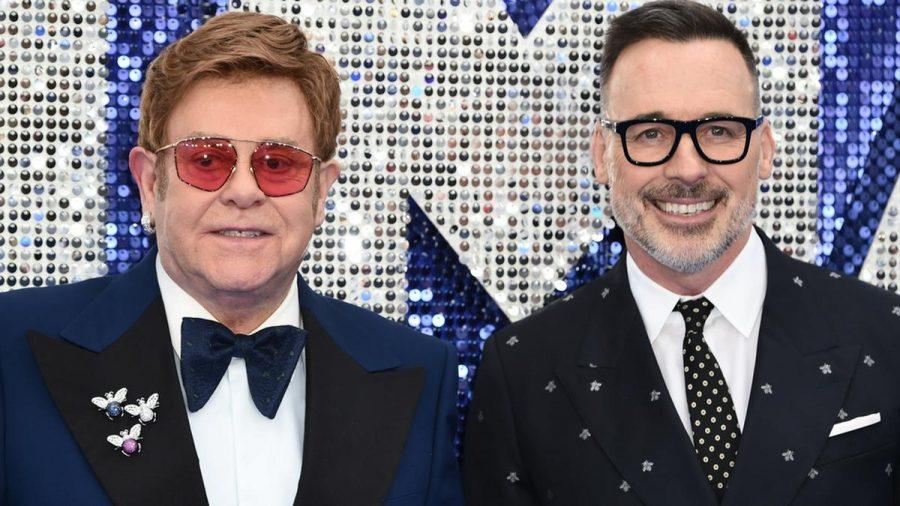 Elton John begrüßte gemeinsam mit Ehemann David Furnish virtuell seine Gäste. (jom/spot)
