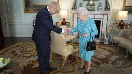 Boris Johnson begrüßt Queen Elizabeth II. bei einer Audienz im Buckingham Palast 2019. (tae/spot)