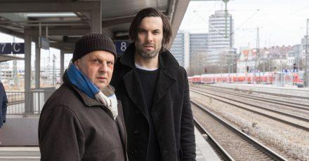 Anton Simhandl (l, Gerhard Wittmann) und Lukas Laim (Max Simonischek) verfolgen ein Handysignal.