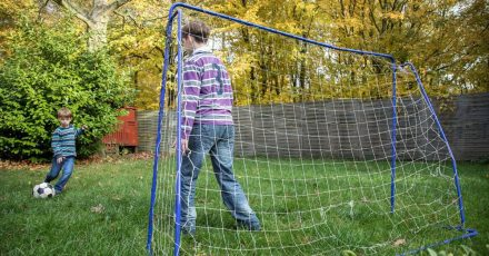 Noch eine Runde Fußball! Kinder haben mitunter einen unglaublichen Bewegungsdrang.