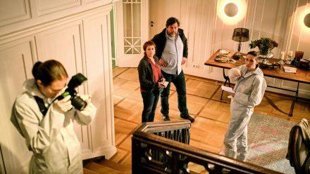 """""""Tatort: Was wir erben"""": Franziska Tobler (Eva Löbau) und Friedemann Berg (Hans-Jochen Wagner) wurden in die Villa Klingler gerufen, um den verdächtigen Treppensturz der Besitzerin zu klären. (ili/spot)"""