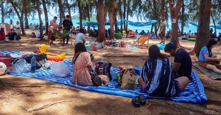 Menschen versammeln sich, um den ersten Tag des Songkran-Neujahrsfestes am Nang Rong Strand zu feiern.