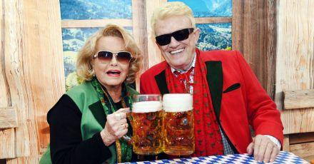 Der Volkssänger Heino und seine Hannelore sitzen bei der Eröffnung des Oktoberfestes 2019 in einem Festzelt in ihrem Wohnort Bad Münstereifel.