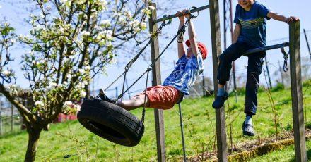 Endlich können die Kinder wieder im Garten toben - vorher sollten Eltern aber Gefahrenquellen rund ums Haus prüfen.