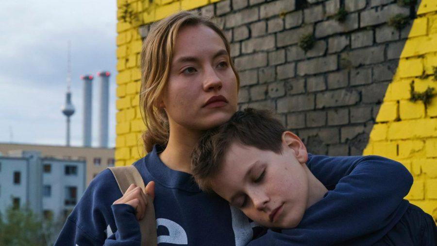 """""""Das Versprechen"""": Bendix (Mika Tritto) sucht Rat und Halt bei Jule (Ella Morgen). (cg/spot)"""