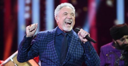 Sir Tom Jones singt in der Royal Albert Hall.