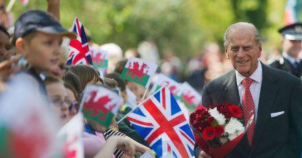 Der britische Prinz Philip besucht die Royal Dockyard Chapel in Wales.