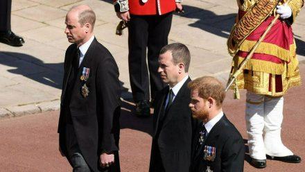 Prinz William (l.) und Prinz Harry (r.) liefen gemeinsam mit ihrem Cousin Peter Phillips hinter Prinz Philips Sarg. (wag/spot)
