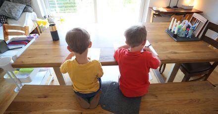 Seit Beginn der Corona-Pandemie sitzen Geschwister enger aufeinander als je zuvor.