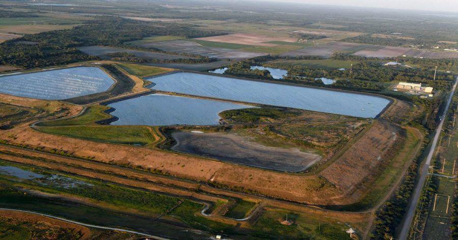 Blick auf ein Reservoir in der Nähe der alten Piney Point Phosphat Mine.