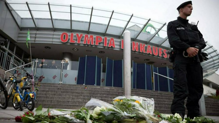 Nach dem Amoklauf 2016 im und am Olympia-Einkaufszentrum in München zeigten Menschen ihre Anteilnahme mit Kerzen und Blumen. (tae/spot)