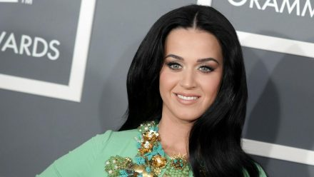 Katy Perry kann sich nicht ganz von ihrem alten Signature-Look trennen. (jom/spot)