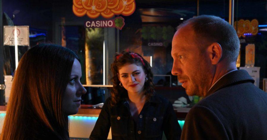 Schüsse in einer Spielhalle. Die Frau des Geschäftsführers ist tot. Heiko Wills (Johann von Bülow) und Yvonne Wills (Alice Dwyer) befragen die Mitarbeiterin Verena (Johanna Polley, M).