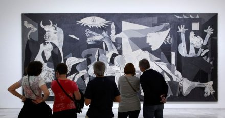 «Guernica» ist eines der bekanntesten Gemälde Picassos - zu sehen ist es im Nationalmuseum Reina Sofía in Madrid.