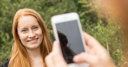 Wer mit der Handykamera Bewerbungsfotos macht, sollte auf die Brennweite achten, da durch die weitwinklige Linse das Gesicht schneller verzerrt wird.