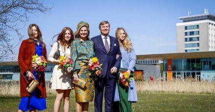 König Willem-Alexander (2.v.r)  und Königin Maxima (m) mit ihren Töchtern Prinzessin Ariane (l), Prinzessin Alexia (2.v.l) und Prinzessin Amalia (r) in Eindhoven.