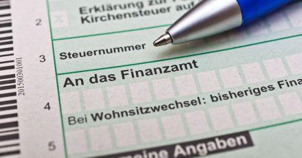 Grundsätzlich unterliegt eine Abfindung nach Kündigung dem Lohnsteuerabzug. Allerdings kann die Zahlung ermäßigt mit der sogenannten Fünftelregelung besteuert werden.