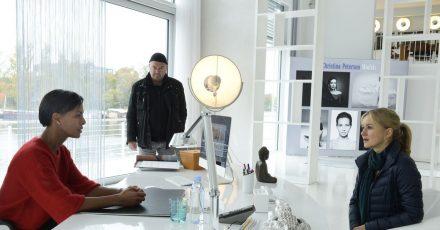 Agenturchefin Christina Petersen (Dennenesch Zoudé, l) erklärt Otto Garber (Florian Martens) und Linett Wachow (Stefanie Stappenbeck) die gnadenlose Modebranche.