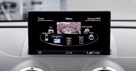 Ein Auto sammelt Daten, wenn ein Smartphone mit dem Infotainment-System gekoppelt wird.