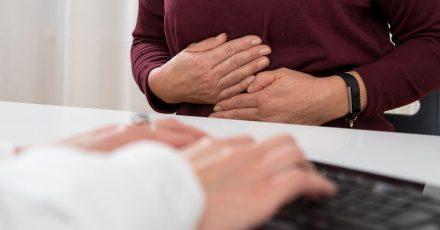 Wegen der heftigen Schmerzen gehen Menschen mit akuter Bauchspeicheldrüsenentzündung schon von sich aus meist sofort zum Arzt.