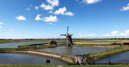 Buchstäblich malerisch: eine Windmühle an der Wattenseite der Insel, vom Deich aus gesehen.