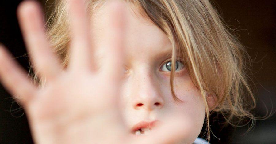 Nicht jedes Kind plappert munter drauf los, wenn es nach Hause kommt. Die richtigen Fragen können helfen.