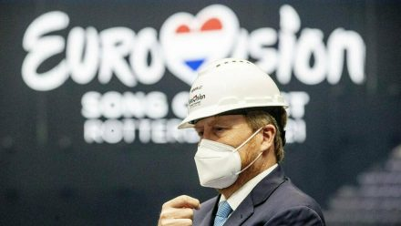 König Willem-Alexander (54) sah sich kürzlich vor Ort die Vorbereitungen zum ESC 2021 an. (wue/spot)