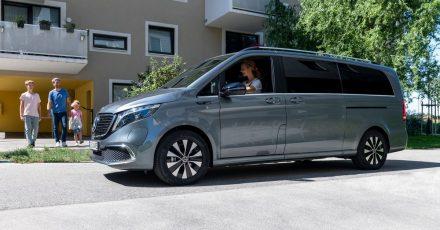 Mit dem Strom schwimmen? Nun, zumindest mit Strom fahren ist angesagt, wenn man sich einen Familenvan wie den Mercedes-Benz EQV zulegt.